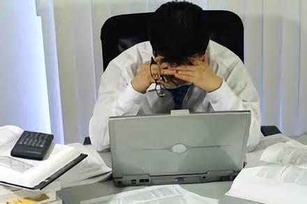 Les maux de tête au niveau des yeux sont fréquents quand on travaille sur écran.