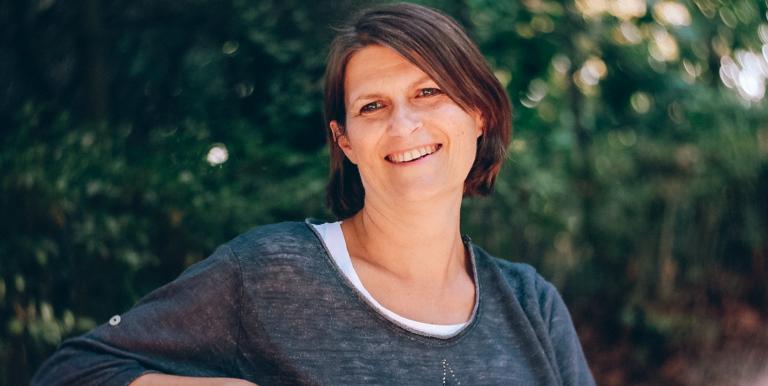 Sylvie Simon thérapeute spécialisée dans l'accompagnement des personnes en mal-être et en souffrance au travaila accepté de répondre à nos questions sur le stress au travail et la prévention des risques psychosociaux en entreprise.