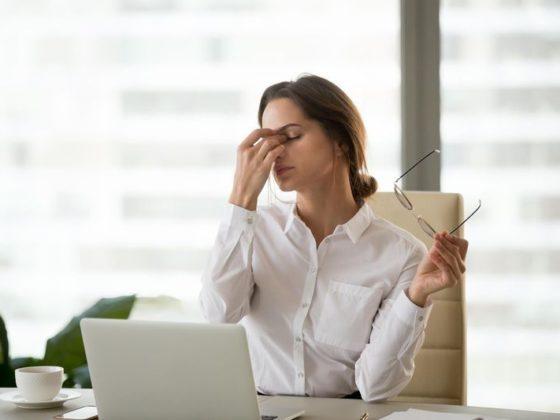 Préserver sa vue au travail est devenu une question de santé, car les ordinateurs, les tablettes, et les smartphones font désormais partie de notre environnement de travail.
