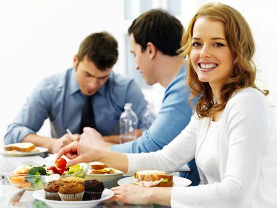 Manger des fruits au travail est excellent pour la santé.